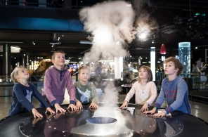 Kinder lassen an einer Experimentierstation im Swiss Science Center Technorama in Winterthur Wolkenringe steigen.